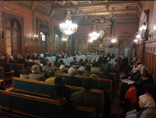 Une séance du conseil d'arrondissement.