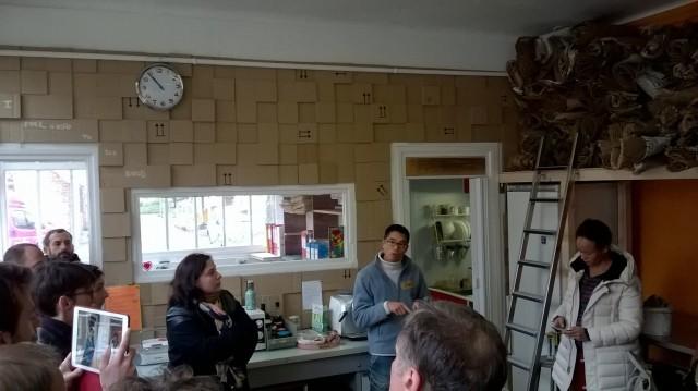 Les locaux de l'association Carton Plein, lors de la visite d'E.Cosse, vice-présidente du Conseil Régional d'Île-de-France, chargée du logement et de la rénovation urbaine.